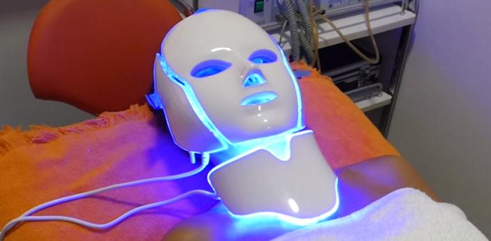 Tratamiento de acné con fotototerapia con máscara LED